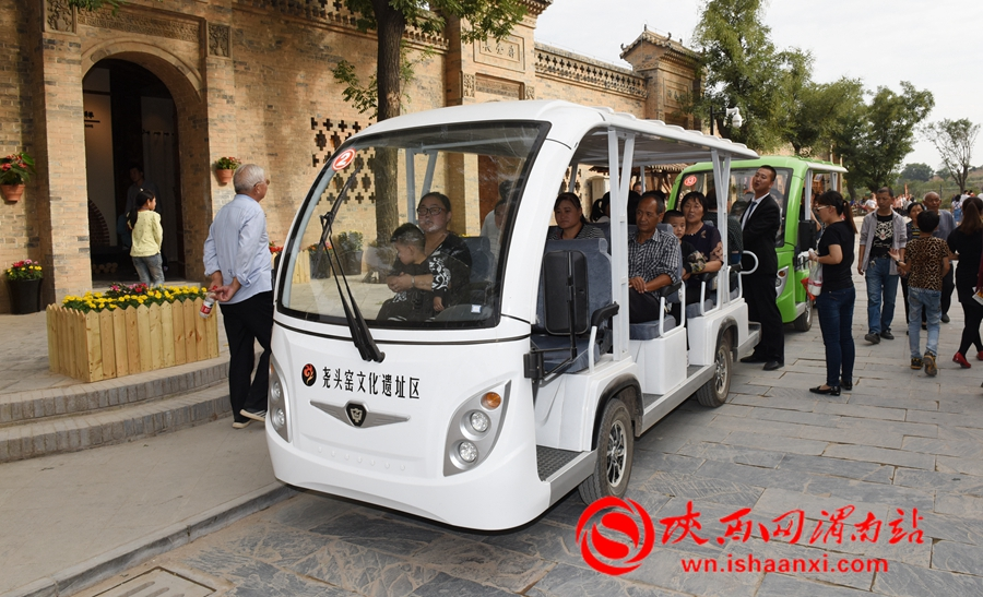 澄城县尧头窑景区安排的电瓶车,免费接送游客,游客们纷纷排队上车。记者 杨青山 摄