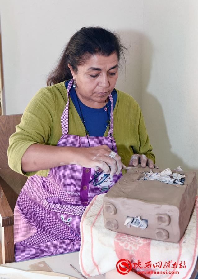 陶艺专家集中精力,互相切磋,他们手法娴熟、技艺高超,彰显出陶艺创作的无穷魅力。记者 杨青山 摄