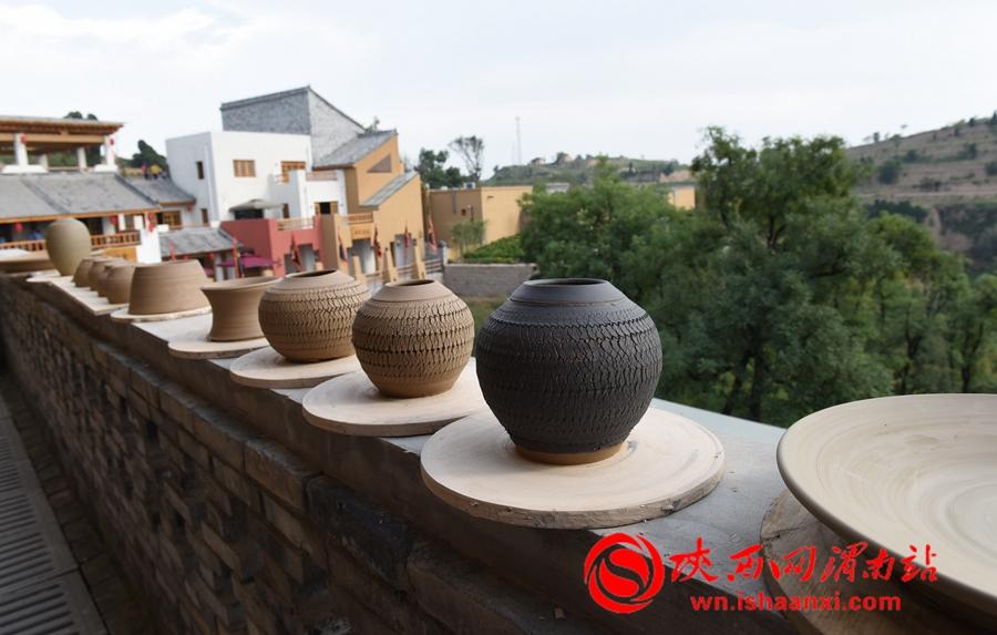 由于澄城泥土水分含量较大,中外陶艺专家将做好的作品放在户外晾晒。记者 杨青山 摄