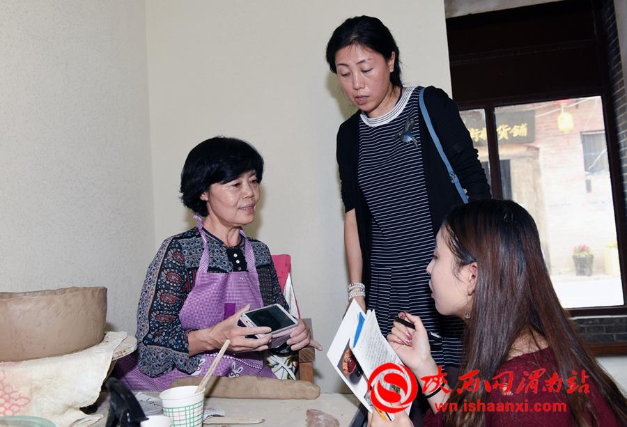 韩国的专家申贞顺,她认为,尧头窑黑瓷具有悠久历史文化,希望中国继续将黑瓷技艺保护和传承下去。记者 杨青山 摄