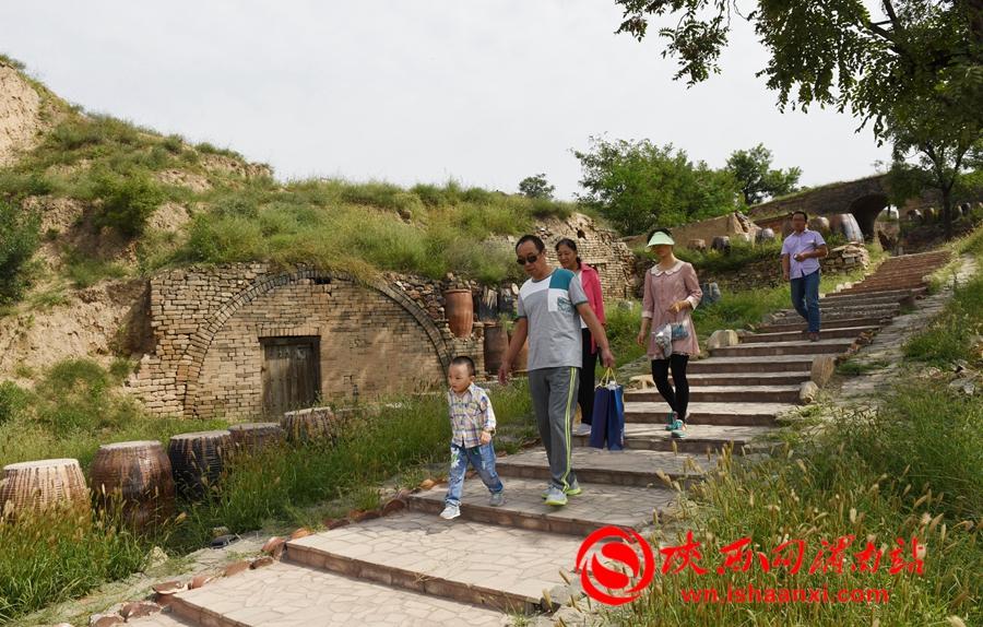 尧头窑景区在国庆前夕盛装迎宾,吸引了大量各地游客前来参观。记者 杨青山 摄